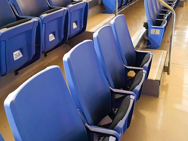 新日本プロレス東京ドーム、スタンド席の椅子