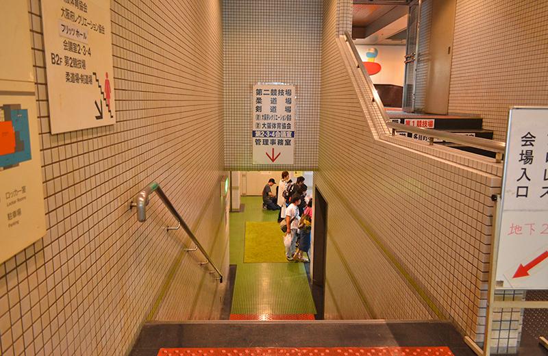 階段を降ります/大阪府立体育館第二競技場