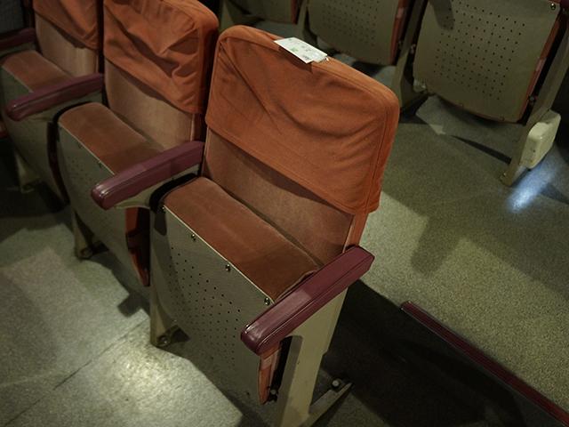 大阪世界館、西側の椅子